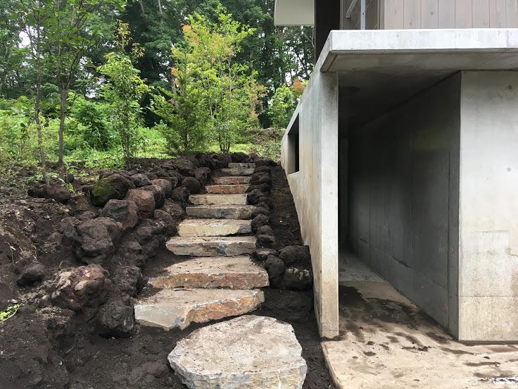 西側石階段。天然石を贅沢に敷き玄関まで案内します