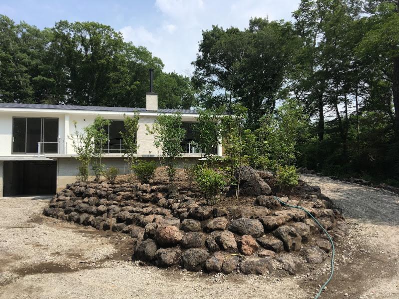 中央の丘スペースは浅間石を積みました。木を植えて整えます
